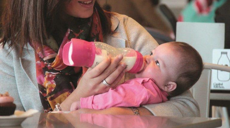 Butelka z dozownikiem dla niemowląt pozwala na szybkie i łatwe przygotowanie mleka.