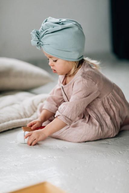 Turbany dla niemowląt to modne i wygodne nakrycia głowy.